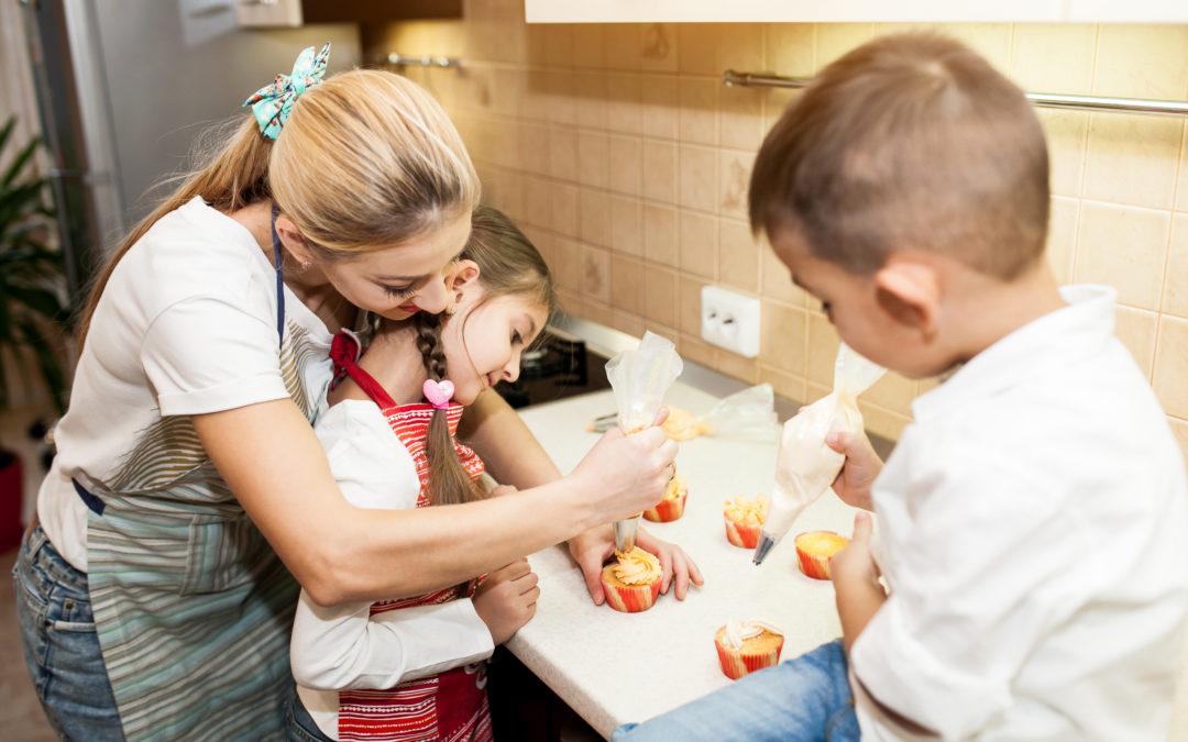 Com a mão na massa! Criança na cozinha: aprendizado e diversão.